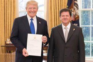 El embajador Oris de Roa presentó sus credenciales a Trump